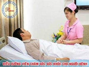 Điều dưỡng viên chăm sóc cho bệnh nhân