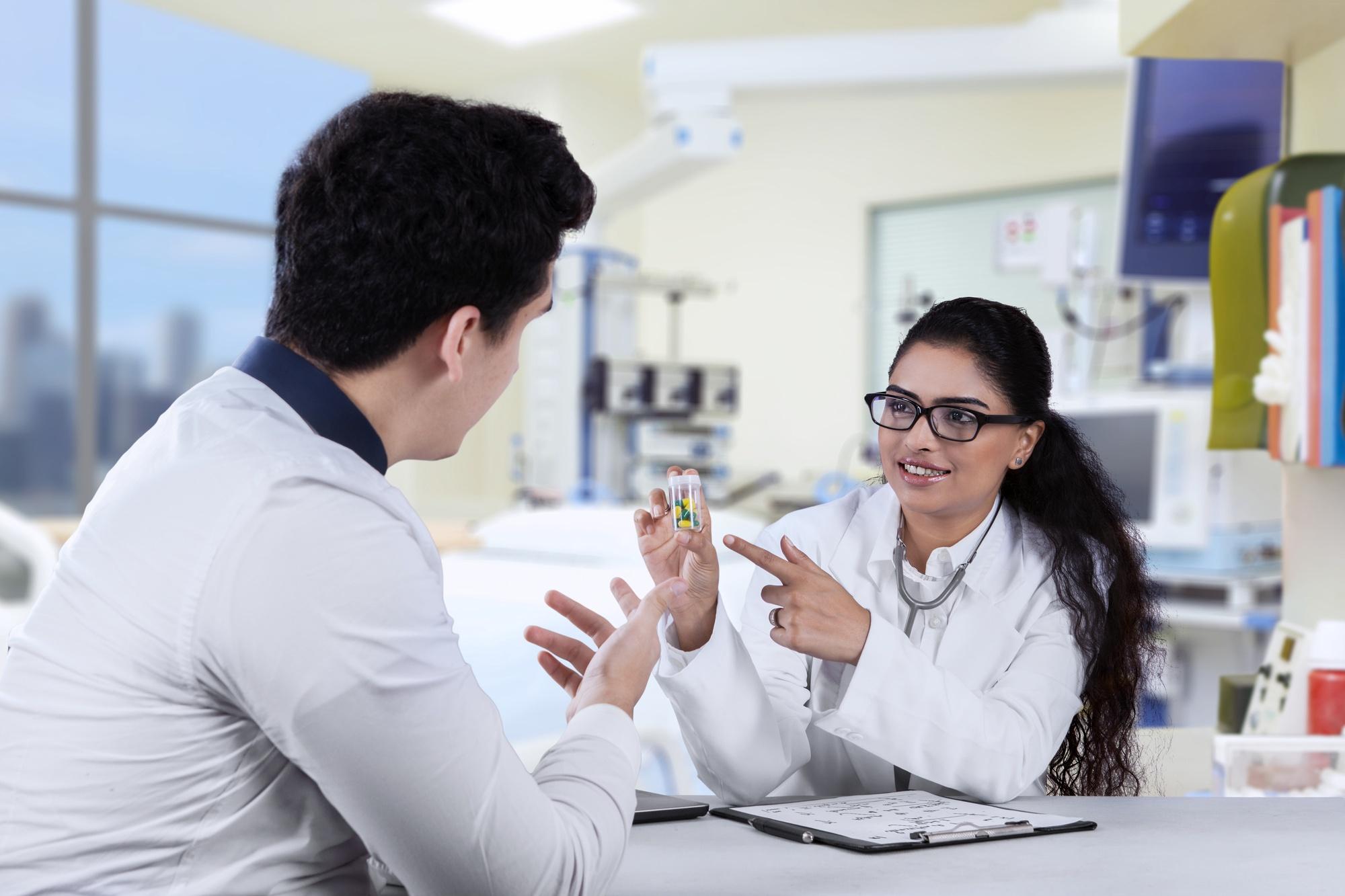 Lấy thuốc cũng là công việc quan trọng khi đi thực tập ngành Dược