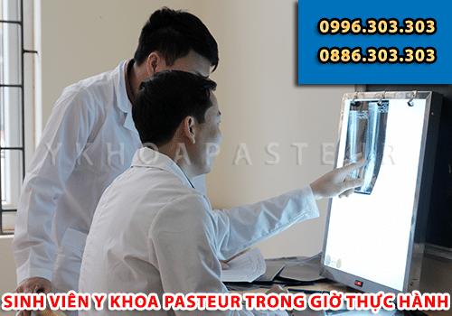 Sinh viên Y khoa Pasteur trong giờ thực hành