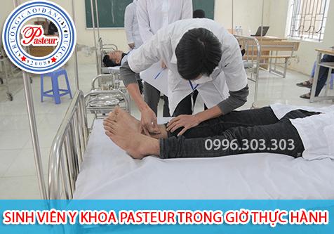 Sinh viên Y Dược Pasteur trong giờ thực hành