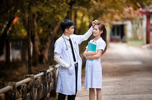 Nữ điều dưỡng viên xứng dáng được yêu