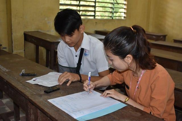 Thí sinh Sơn được cán bộ hỗ trợ viết bài thi môn Ngữ văn