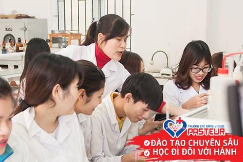 Tiết học Dược của Sinh viên Dược Pasteur